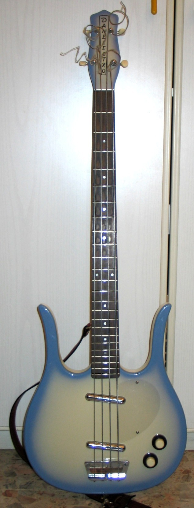 short scale basses-danelectro_longhorn_bass_blue_burst_rifflessi-jpg