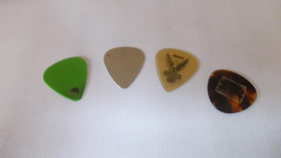 What pick thickness do you use and why?-picks-jpg