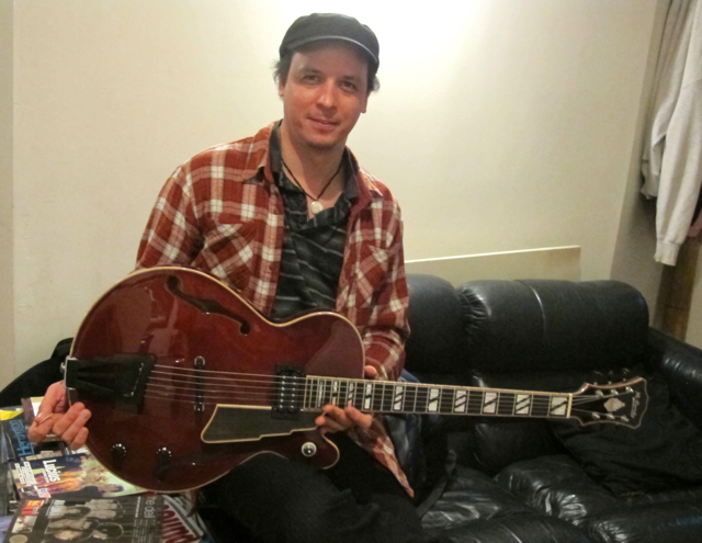 Help identifying Kurt's guitar-kurt-new-jpg